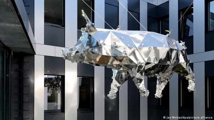 Блестящая свинья (Glitzerschwein) во внутреннем дворе налоговой инспекции в Галле - по мотивам легенды о свинье, которая помогла открыть месторождение соли около Галле