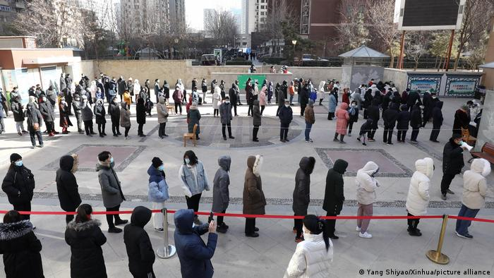 China Shijiazhuang | Coronakrise: Schlange stehen für Coronatest