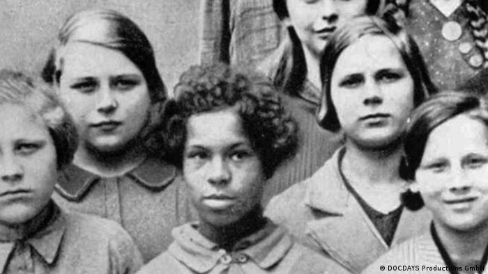 Foto antiga mostra criança negra entre crianças brancas na Alemanha