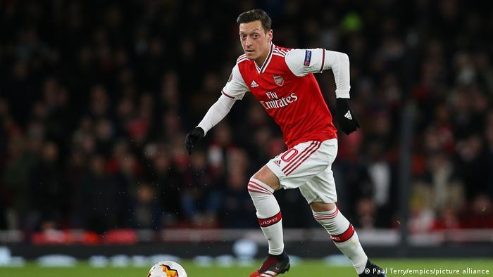 Mesut Özil dribbling the ball for Arsenal