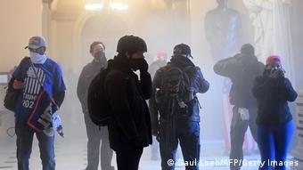 Ούτε τα δακρυγόνα δεν σταμάτησαν τους εισβολείς