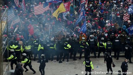 Сили безпеки тримають прихильників Трампа на відстані від будівлі Конгресу США