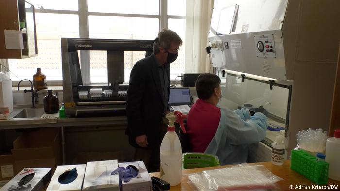 Wolfgang Preiser mit einem Mitarbeiter in seinem Labor
