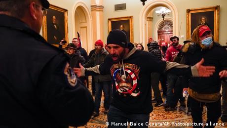 Демонстрант у агресивній позі в будівлі Конгресу США