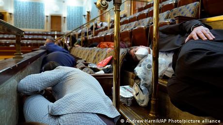 Люди ховаються у галереї для відвідувачів Палати представників Конгресу США
