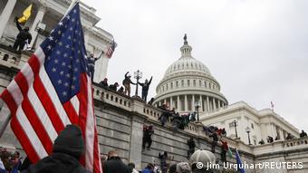 Από νωρίς οι οπαδοί του Τραμπ είχαν πάρει θέση έξω από το κτίριο του Καπιτωλίου στην Ουάσιγκτον