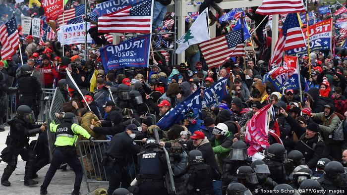 Al menos cuatro muertos y 14 policías heridos en asalto al Capitolio de  EE.UU. | El Mundo | DW | 07.01.2021