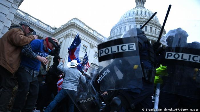 Столкновения полиции и демонстрантов у Капитолия в Вашингтоне