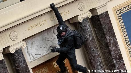 Один з погромників стрибає у зал засідань Сенату США