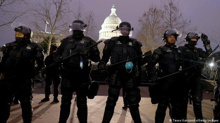 Полицейские окружили здание Конгресса США в Вашингтоне
