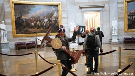Демонстрант несе пульт для виступів голови Палати представників Ненсі Пелосі