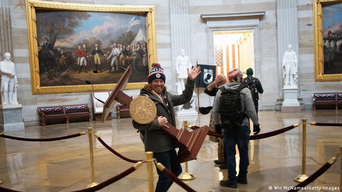 Участники протестов в Вашингтоне после штурма Капитолия