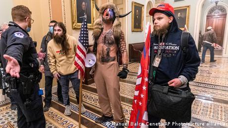 Низка учасників штурму будівлі Конгресу підійшла до дверей, що ведуть в залу засідань Сенату США.