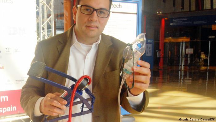 José Gómez Márquez muestra un inhalador mecánico.
