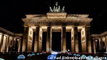 BdT Berlin Farbige Kugeln vor dem Brandenburger Tor