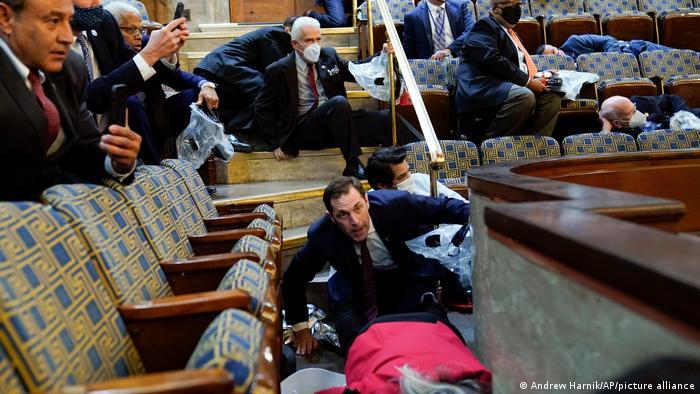 US-Kongressmitglieder versuchen sich bei der Kapitol-Erstürmung in Sicherheit zu bnringen