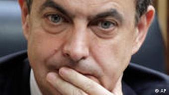 Spanischer Ministerpräsident Jose Luis Zapatero hält sich die Hand vor den Mund