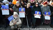 Kirgistan Frauen mit Wahlwerbung für Premierminister Sadyr Zhaparov