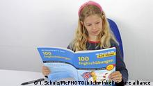 Symbolbild| Schülerin mit Englisch-Lehrbuch