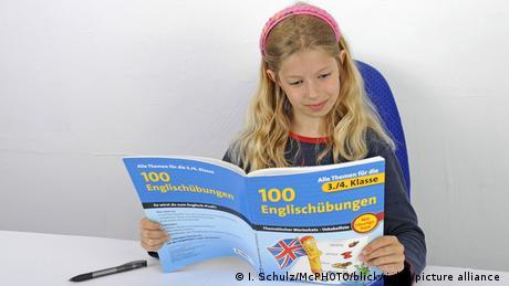 Девочка с учебником английского языка