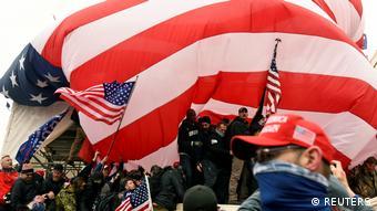 «Δεν είναι μόνο οι ωραίες δημοκρατικές προθέσεις που παρατηρούμε, αλλά και οι αντιδημοκρατικές, οι ρατσιστικές, οι εγωκεντρικές, της αυτοδικίας. Αυτή είναι η άλλη Αμερική»