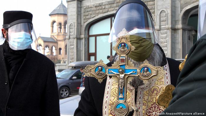 Някои свещеници избират да се предпазят от вируса. Например тези представители на Грузинската православна църква.