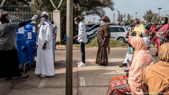 Des personnes patientent devant l'hôpital Pikine à Dakar