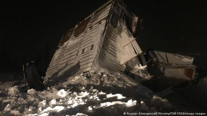 Разрушенная лавиной постройка на горнолыжной базе в Норильске