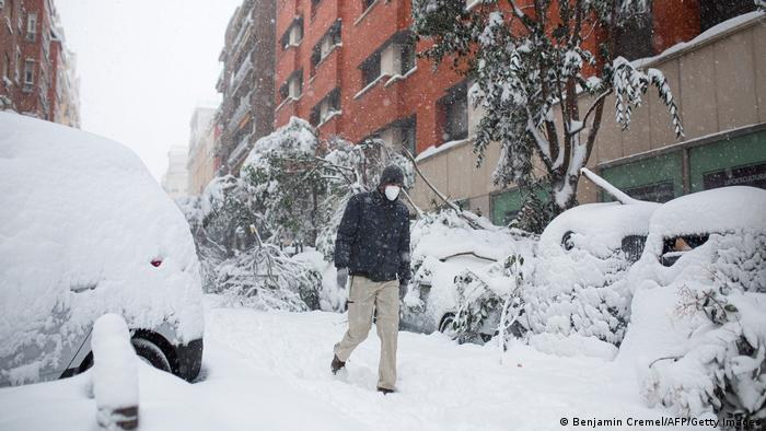 España: carreteras y coches cubiertos de nieve en Madrid.