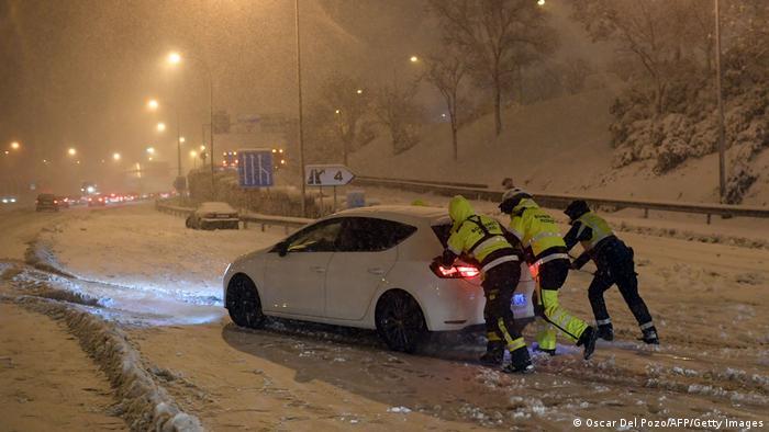 España: caos en el tráfico de Madrid por las nevadas.