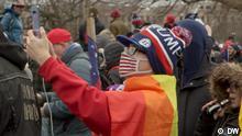 08.01.2021 Die Bilder zeigen Peter Boykin, Mitglied von 'Gays For Trump' in North Carolina, bei den Ausschreitungen am Capitol Hill in Washington DC am Mittwoch (eines davon die Ausschreitungen ohne Boykin). Es sind Videostills aus dem 'Reporter' am 16.1. Copyright DW.