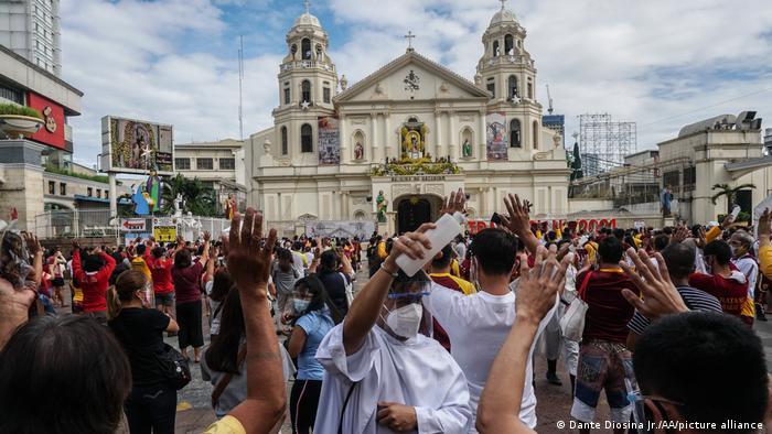 Gläubige außerhalb der Basilika in Manilas Stadtteil Quiapo während einer Messe zu Ehren der schwarzen Jesus-Statue