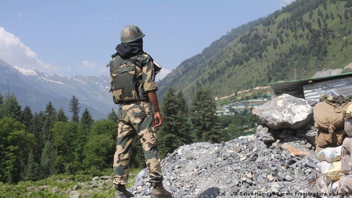 عکس از آرشیف: یک سرباز هندی در کشمیر