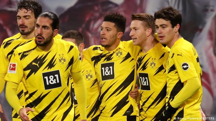 Sechs Profifußballer mit zum Teil aufwändigen Frisuren.