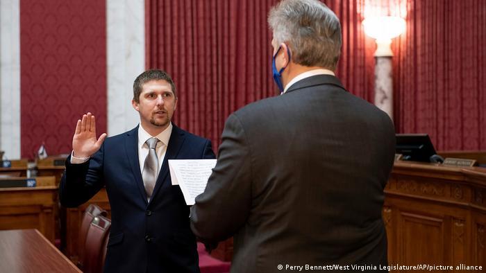 Am 14. Dezember wurde der Republikaner Derrik Evans in West Virginia vereidigt, am 9. Januar ist er zurückgetreten