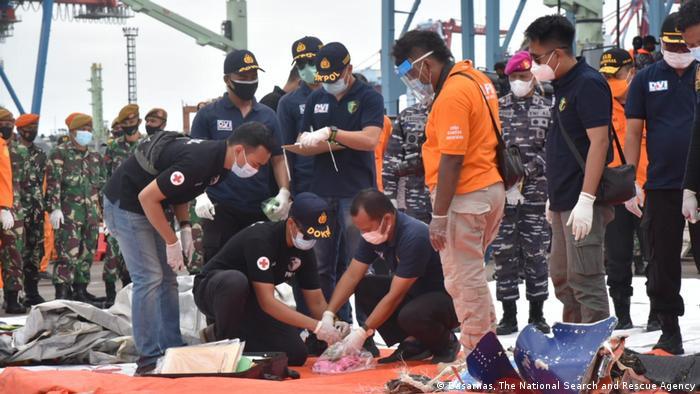 Equipes de resgate com restos de avião