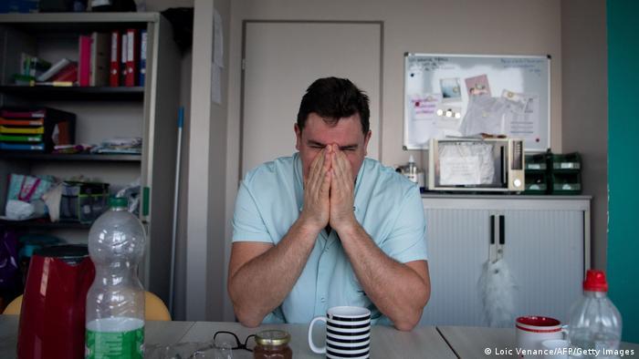 Profissional de saúde boceja enquanto faz uma pausa na unidade de terapia intensiva para pacientes infectados por covid-19 do hospital universitário (CHU) Cavale Blanche em Brest, oeste da França, em 4 de novembro de 2020.