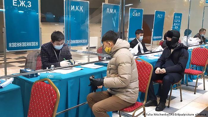 Избирательный участок во время парламентских выборов в Казахстане 10 января 2021 года