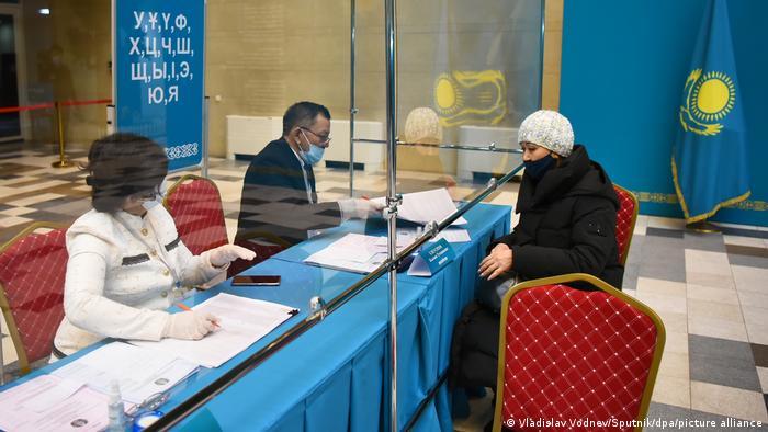 На избирательном участке в Казахстане
