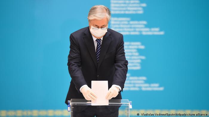 Действующий президент Казахстана Касым-Жомарт Токаев голосует на парламентских выборах, 10 января 2021 года