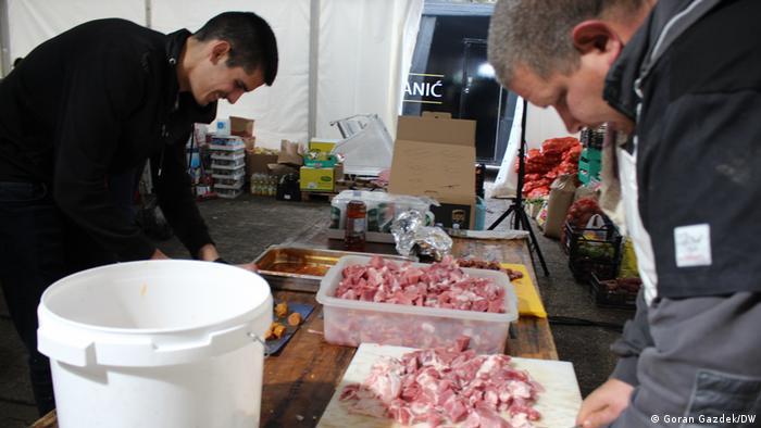 Volonteri kuhaju za žrtve potresa na Baniji