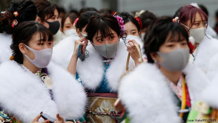 Ove devojke upravo izlaze iz Jokohama hale u Japanu gde su proslavile svoje punoletstvo u tradicionalnoj nošnji i sa obaveznim maskama. U nekim delovima Japana je proglašeno vanredno stanje zbog novog jakog talasa korone i otkrića jedne nove mutacije.