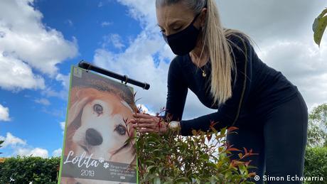 Doris Sanchez im Gedenkgarten von Pleia, einem Unternehmen, das Haustiere kompostiert.