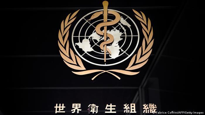 Emblema da Organização Mundial da Saúde na sede da entidade em Genebra