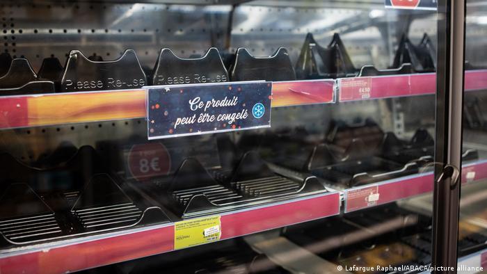 Порожні полиці в магазині британської мережі Marks&Spencer в Парижі