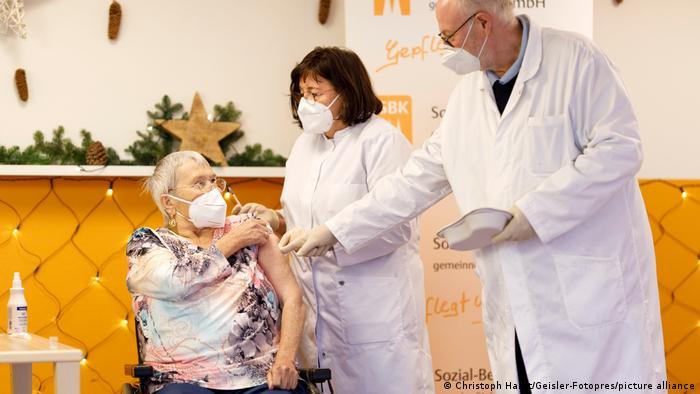Вакцинация старых людей в Германии