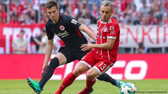 Marijan Cavar Eintracht Frankfurt und Rafinha FC Bayern München im Zweikampf