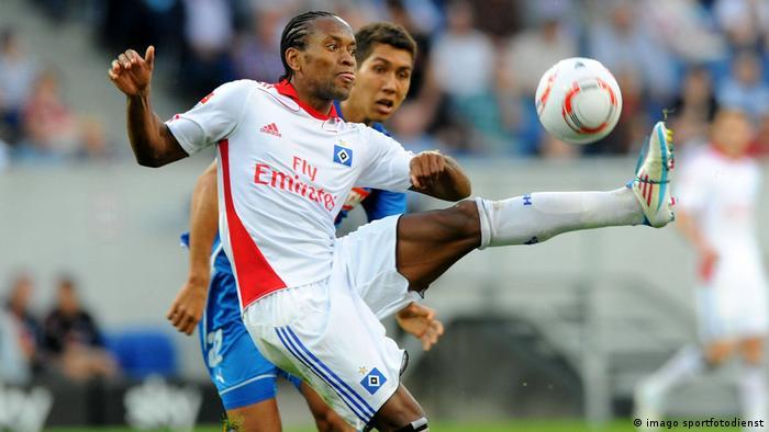 Hamburgs Ze Roberto (weiss) gegen Hoffenheims Roberto Firmino (blau)