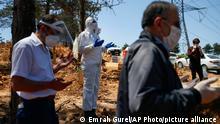 Türkei Imam bei einer Beerdigung mit Mund- und Nasenschutz