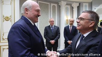 Правитель Беларуси Александр Лукашенко и президент Международной федерации хоккея на льду IIHF Рене Фазель 11 января 2021 в Минске